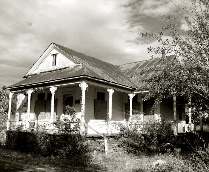 Abandoned Mansions in California http://zuzutop.com/2009/12/abandoned-village-houses-and-forgotten-farms/